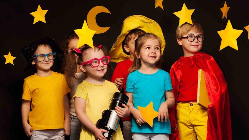 Seis amigos en trajes observando el cielo de estrellas