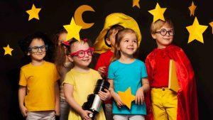 Seis amigos en trajes de observador del cielo viendo estrellas