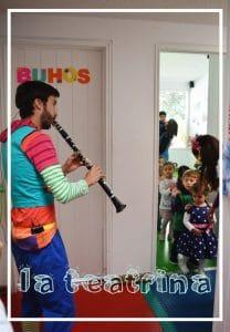 Poncho tocando musica